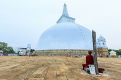 Μεγάλο βουδιστικό stupa στη Σρι Λάνκα Στοκ εικόνες με δικαίωμα ελεύθερης χρήσης