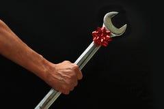 Μεγάλο γαλλικό κλειδί με το τόξο Χριστουγέννων Στοκ Φωτογραφία