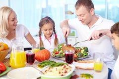 μεγάλο γεύμα παιδιών που τρώει την πίτσα μητέρων οικογενειακών πατέρων Στοκ Εικόνες