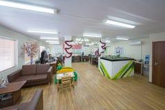 Μεγάλο γραφείο με τους καναπέδες για τη χαλάρωση Στοκ Φωτογραφία