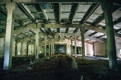 Μεγάλο εγκαταλειμμένο βιομηχανικό εσωτερικό αποθηκών εμπορευμάτων μέσα, προοπτική Στοκ Φωτογραφία
