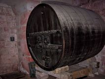 Μεγάλο εκλεκτής ποιότητας βαρέλι κρασιού στο κελάρι Στοκ Εικόνες