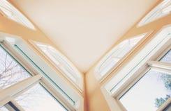 Μεγάλο εσωτερικό ανώτατο όριο με τα μεγάλα παράθυρα Στοκ φωτογραφία με δικαίωμα ελεύθερης χρήσης