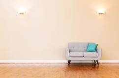 Μεγάλο εσωτερικό σπίτι πολυτέλειας με το loveseat Στοκ Εικόνες