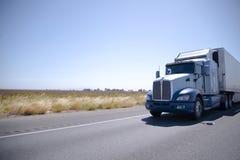 Μεγάλο ημι φορτηγό εγκαταστάσεων γεώτρησης με τη αεροτομή ανοξείδωτου και το ίχνος σημαιοφόρων Στοκ Εικόνες