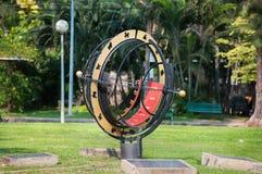 Μεγάλο ηλιακό ρολόι στο πάρκο Lumpini, Μπανγκόκ, Ταϊλάνδη στοκ φωτογραφία με δικαίωμα ελεύθερης χρήσης