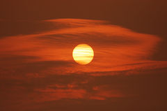 Μεγάλο ηλιοβασίλεμα με τα σύννεφα Στοκ Εικόνες