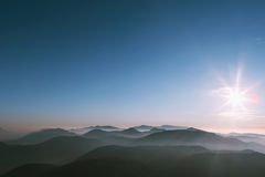 Μεγάλο ηλιοβασίλεμα στα βουνά με την ομίχλη Στοκ φωτογραφία με δικαίωμα ελεύθερης χρήσης