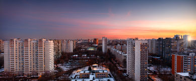 Μεγάλο ηλιοβασίλεμα χειμερινού πανοράματος πέρα από την πόλη Μόσχα Ρωσία Στοκ φωτογραφία με δικαίωμα ελεύθερης χρήσης