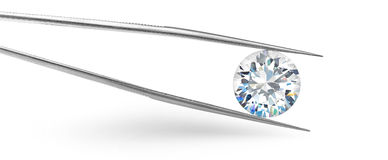 Μεγάλο διαμάντι στο άσπρο έμβλημα υποβάθρου στα τσιμπιδάκια απεικόνιση αποθεμάτων