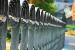 μεγάλο δικτυωτό πλέγμα σιδήρου πυλών φραγών τούβλου διακοσμητικό Στοκ Φωτογραφίες
