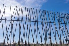 μεγάλο δικτυωτό πλέγμα σιδήρου πυλών φραγών τούβλου διακοσμητικό Στοκ εικόνες με δικαίωμα ελεύθερης χρήσης