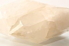 Μεγάλο διπλό δειγμένο σαφές κρύσταλλο χαλαζία πέρα από το λευκό Στοκ Εικόνες