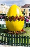 Μεγάλο κίτρινο αυγό Πάσχας στην αγορά διακοπών της Βιέννης Στοκ Εικόνες