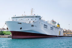 Μεγάλο και μεγάλο πορθμείο ή φορτηγό πλοίο στο λιμένα Στοκ Φωτογραφίες