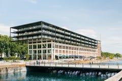 Μεγάλο κανάλι νερού καινούργιων σπιτιών κοντινό Στοκ εικόνες με δικαίωμα ελεύθερης χρήσης