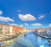 Μεγάλο κανάλι της Βενετίας κάτω από τα άσπρα σύννεφα Στοκ Φωτογραφίες