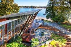 Μεγάλο καλυμμένο και εφοδιασμένο μέρος του σπιτιού πολυτέλειας με την άποψη της λίμνης Στοκ φωτογραφίες με δικαίωμα ελεύθερης χρήσης