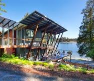 Μεγάλο καλυμμένο μέρος του σπιτιού πολυτέλειας με την άποψη λιμνών Στοκ Φωτογραφίες