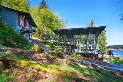 Μεγάλο καλυμμένο μέρος του σπιτιού πολυτέλειας με την άποψη λιμνών Στοκ φωτογραφίες με δικαίωμα ελεύθερης χρήσης