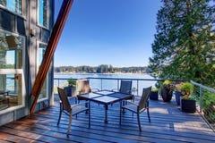 Μεγάλο καλυμμένο μέρος του σπιτιού πολυτέλειας με την άποψη λιμνών Στοκ φωτογραφία με δικαίωμα ελεύθερης χρήσης