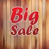 Μεγάλο κείμενο πώλησης στον ξύλινο τοίχο. Στοκ Φωτογραφίες