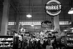 Μεγάλο κεντρικό εσωτερικό αγοράς μαύρος & άσπρος Στοκ εικόνα με δικαίωμα ελεύθερης χρήσης