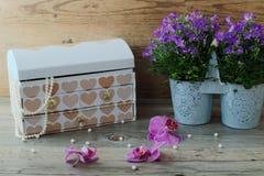 Μεγάλο κιβώτιο κοσμήματος, θαυμάσιο περιδέραιο μαργαριταριών και όμορφα λουλούδια Στοκ εικόνες με δικαίωμα ελεύθερης χρήσης