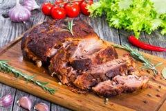 Μεγάλο κομμάτι του αργού μαγειρευμένου φούρνος-ψημένου στη σχάρα τργμένου ώμου χοιρινού κρέατος Στοκ φωτογραφία με δικαίωμα ελεύθερης χρήσης