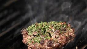 Μεγάλο κομμάτι του φρέσκου κρέατος βόειου κρέατος που προετοιμάζεται σε ένα τηγάνι σχαρών τονισμένος απόθεμα βίντεο
