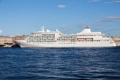 Μεγάλο κρουαζιερόπλοιο σε μια πρόσδεση στον ποταμό Neva στην Άγιος-Πετρούπολη Στοκ Φωτογραφία