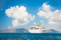 Μεγάλο κρουαζιερόπλοιο στη θάλασσα κοντά στα ελληνικά νησιά στοκ εικόνα