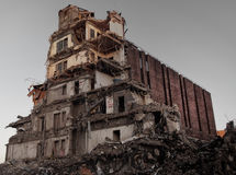 Μεγάλο κτήριο που κατεδαφίζεται στοκ εικόνες