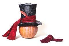 Μεγάλο κυλινδρικό καπέλο στην πορτοκαλιά κολοκύθα Κοντινά γάντια Στοκ Εικόνες