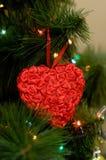Μεγάλο κόκκινο παιχνίδι καρδιών στο χριστουγεννιάτικο δέντρο Στοκ Φωτογραφία