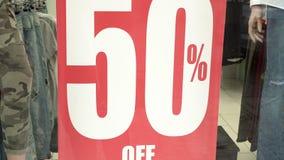 Μεγάλο κόκκινο σημάδι πωλήσεων σε μια προθήκη πωλήσεις 50 τοις εκατό προώθηση Έννοια καταναλωτισμού απόθεμα βίντεο