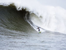 Μεγάλο κύμα Surfer Anthony Tashnick που κάνει σερφ τους Mavericks Καλιφόρνια Στοκ φωτογραφία με δικαίωμα ελεύθερης χρήσης