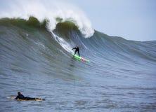 Μεγάλο κύμα Surfer Garrett McNamara που κάνει σερφ τους Mavericks Καλιφόρνια στοκ φωτογραφία