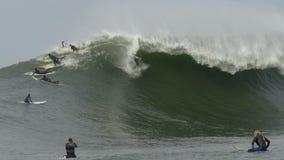 Μεγάλο κύμα Surfer Kyle Thiermann που κάνει σερφ τους Mavericks Καλιφόρνια απόθεμα βίντεο