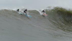 Μεγάλο κύμα Surfers που κάνει σερφ τους Mavericks Καλιφόρνια απόθεμα βίντεο