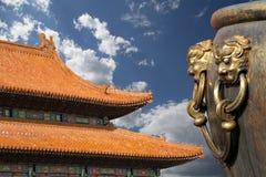 Μεγάλο κύπελλο χαλκού για να εξαφανίσει την πυρκαγιά με τον κινεζικό δράκο εικόνας Στοκ φωτογραφία με δικαίωμα ελεύθερης χρήσης