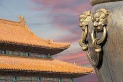 Μεγάλο κύπελλο χαλκού για να εξαφανίσει την πυρκαγιά με τον κινεζικό δράκο εικόνας Στοκ φωτογραφίες με δικαίωμα ελεύθερης χρήσης