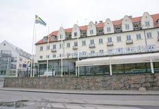 Μεγάλο μέτωπο ξενοδοχείων με τη σουηδική πετώντας σημαία Στοκ εικόνες με δικαίωμα ελεύθερης χρήσης