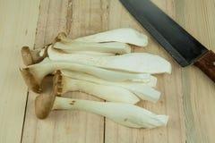 Μεγάλο μανιτάρι στρειδιών (μανιτάρι Pleurotus Eryngii) που διακοσμείται στο πιάτο πέρα από το ξύλινο υπόβαθρο Στοκ φωτογραφία με δικαίωμα ελεύθερης χρήσης
