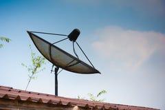Μεγάλο μαύρο δορυφορικό πιάτο στη στέγη Στοκ εικόνες με δικαίωμα ελεύθερης χρήσης