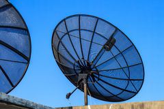 Μεγάλο μαύρο δορυφορικό πιάτο Στοκ φωτογραφία με δικαίωμα ελεύθερης χρήσης