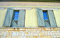 Μεγάλο μεγάλο παράθυρο με τα παραθυρόφυλλα Στοκ Εικόνες