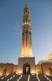 Μεγάλο μουσουλμανικό τέμενος Qaboos σουλτάνων στο σούρουπο Στοκ Φωτογραφία