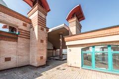Μεγάλο μπαλκόνι στα διαμερίσματα πολυτέλειας τούβλων στη στέγη Στοκ Φωτογραφίες