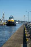 Μεγάλο μπλε και κίτρινο tugboat στις κλειδαριές Ballard, Σιάτλ Στοκ εικόνες με δικαίωμα ελεύθερης χρήσης